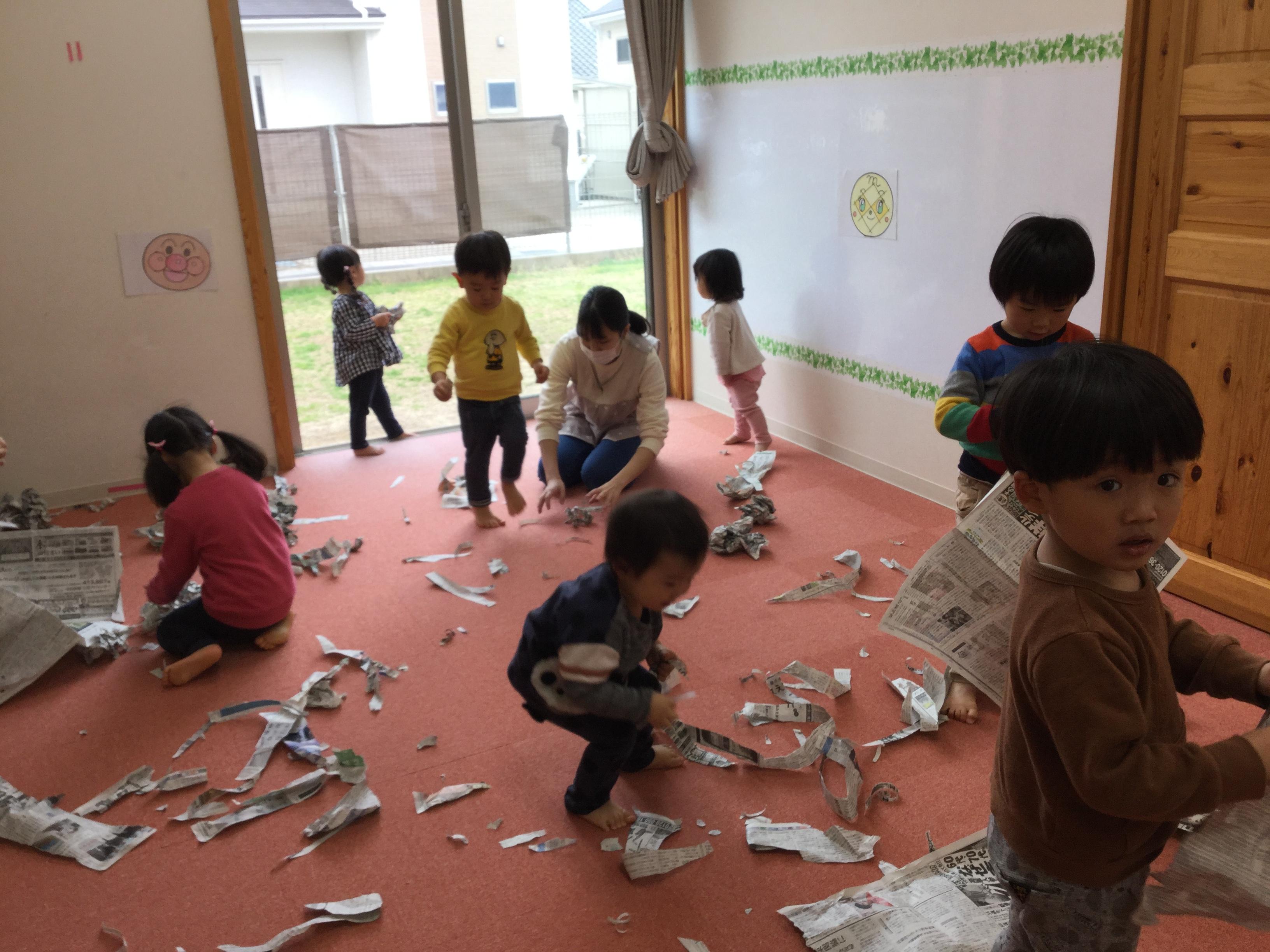 今日は、みんな一緒にコーナー遊びをしました。新聞紙遊びや・・・
