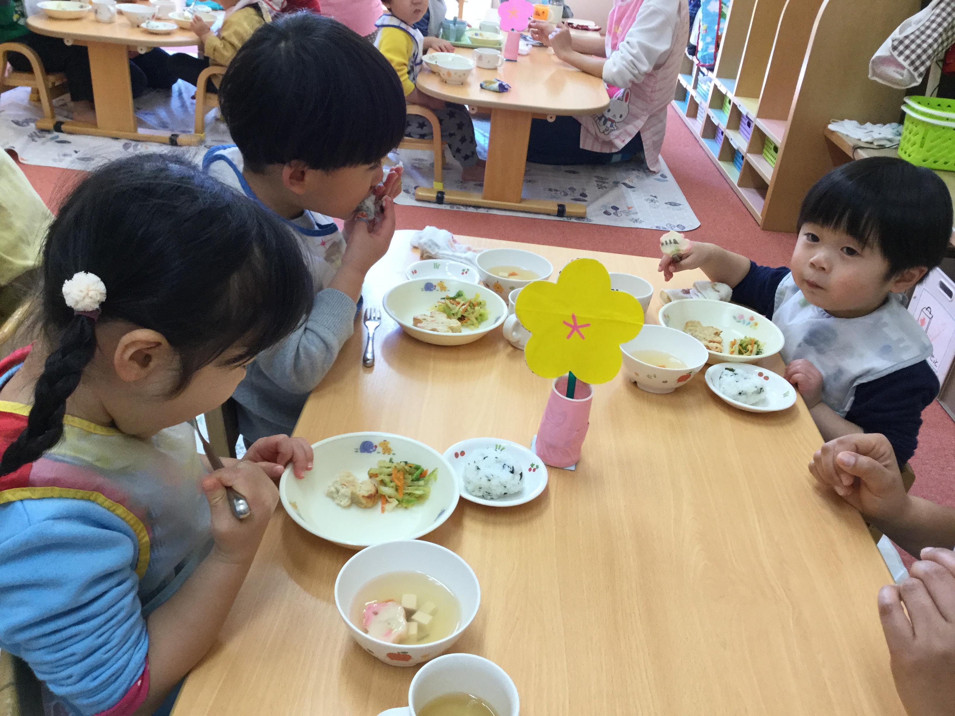 給食はひなまつりメニューで、みんなで美味しく食べることが     できました。