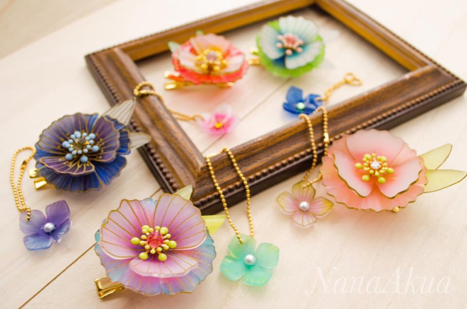 ナナアクヤが教える、花のコサージュ作り。プラバン専用ペン「プラ・プルミエ」を使って、初心者でも簡単、ゴージャスな大人の仕上がりに!