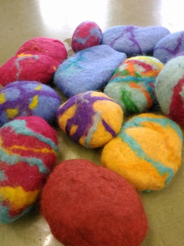 ARTii-kids paasworkshop met ouders natvilten om een steen Driel