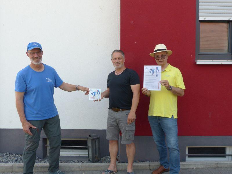 :                              Martin Klatt (links) und Wolfgang Huber (rechts) vom NABU überreichen Michael Schmitt aus Muggensturm Plakette und Urkunde zum Schwalbenfreundlichen Haus (Foto: Schmitt/NABU)