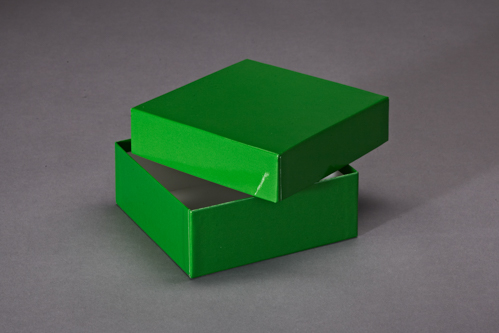 Grüne Schachtel mit Deckel. Bezogen mit Glanzpapier.