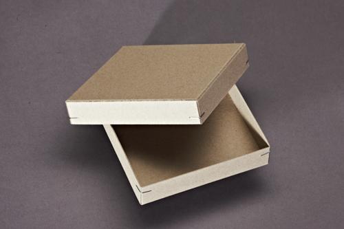 Schachtel mit Deckel und Eckenheftung.