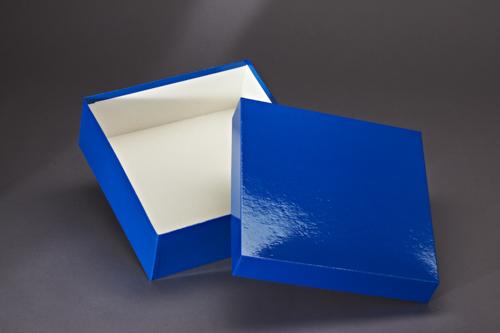 Stülpdeckelkarton mit blauem Glanzpapier bezogen.