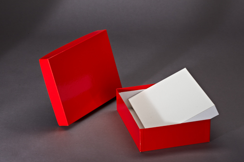 Roter Stülpdeckelkarton mit weißer Einlage. Bezogen mit rotem Glanzpapier.