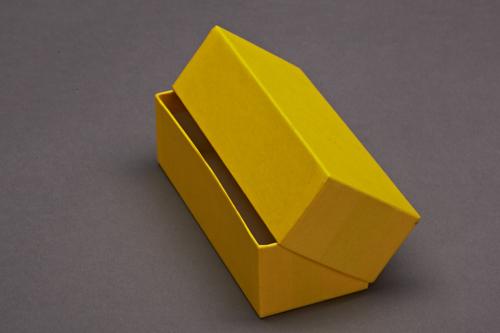 Großer, gelber bezogene Stülpdeckelkarton mit Deckel.