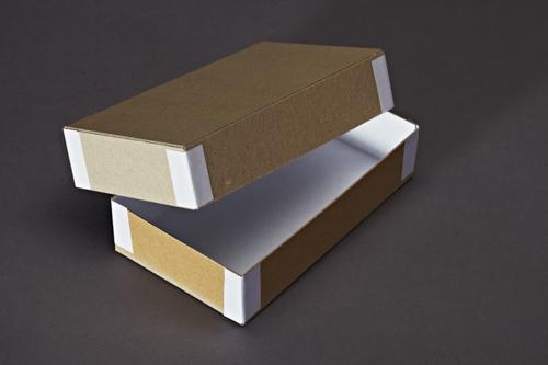 Stülpdeckelkarton mit Papiereckenheftung.