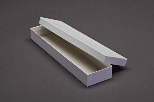 Lange, weiße bezogene Schachtel mit Deckel. Der Stülpdeckelkarton ist mit weißem Glanzpapier bezogen.