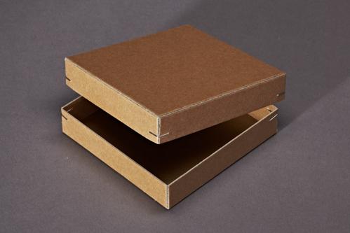 Karton mit Eckenheftung aus Natron beschichteter Pappe.