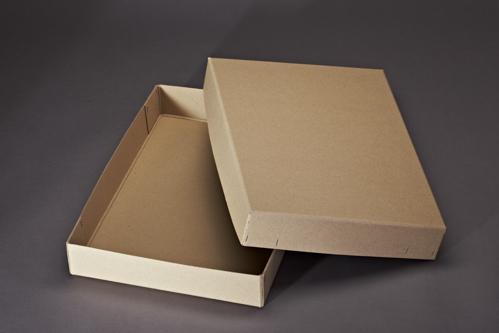 Schachtel mit Deckel und Flachheftung.