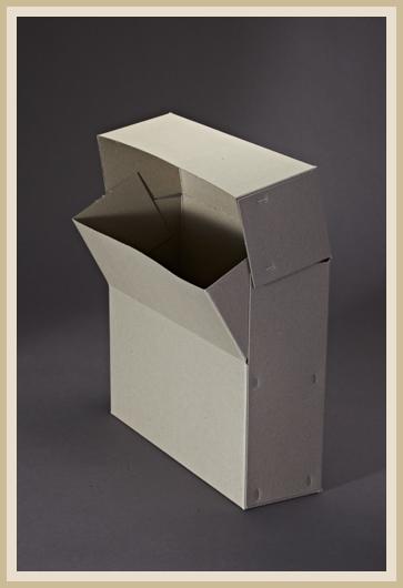 Stabile Archivbox aus 700g/m² Graupappe, stehend.