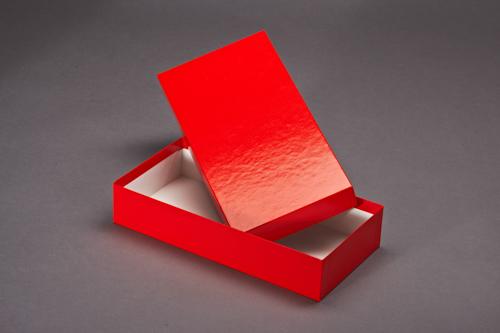 Roter, langer Stülpdeckelkarton mit Deckel, bezogen mit rotem Glanzpapier.