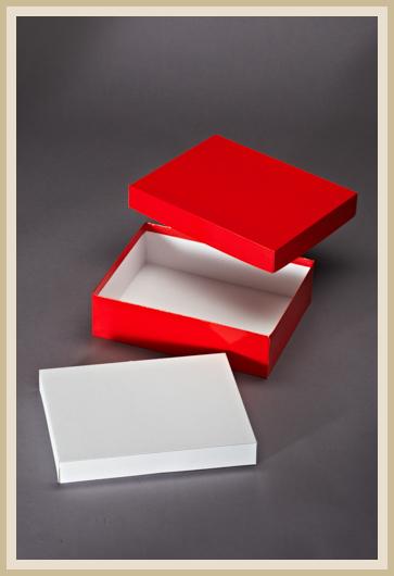 Sülpdeckelkarton mit rotem Feinleinen-Papier bezogen, mit Einleger.