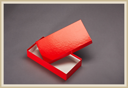 Karton bezogen mit rotem Glanzpapier