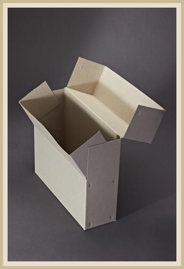 Stabile Archivbox aus 700g/m² Graupappe, stehend und aufgeklappt.