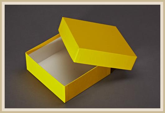 Karton mit gelben Feinleinen-Papier bezogen