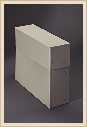 Stabile Archivbox aus 700g/m² Graupappe, stehend und geschlossen