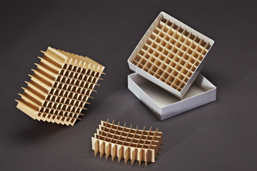 Gefache aus Holzpappe mit passendem Karton. Geeignet als Einfrierbox für Ampullen und Reaktionsgefäße.