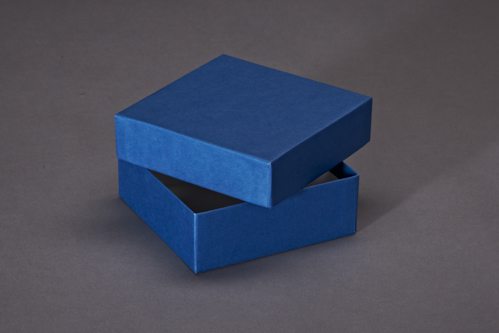 Blauer Stülpdeckelkarton.