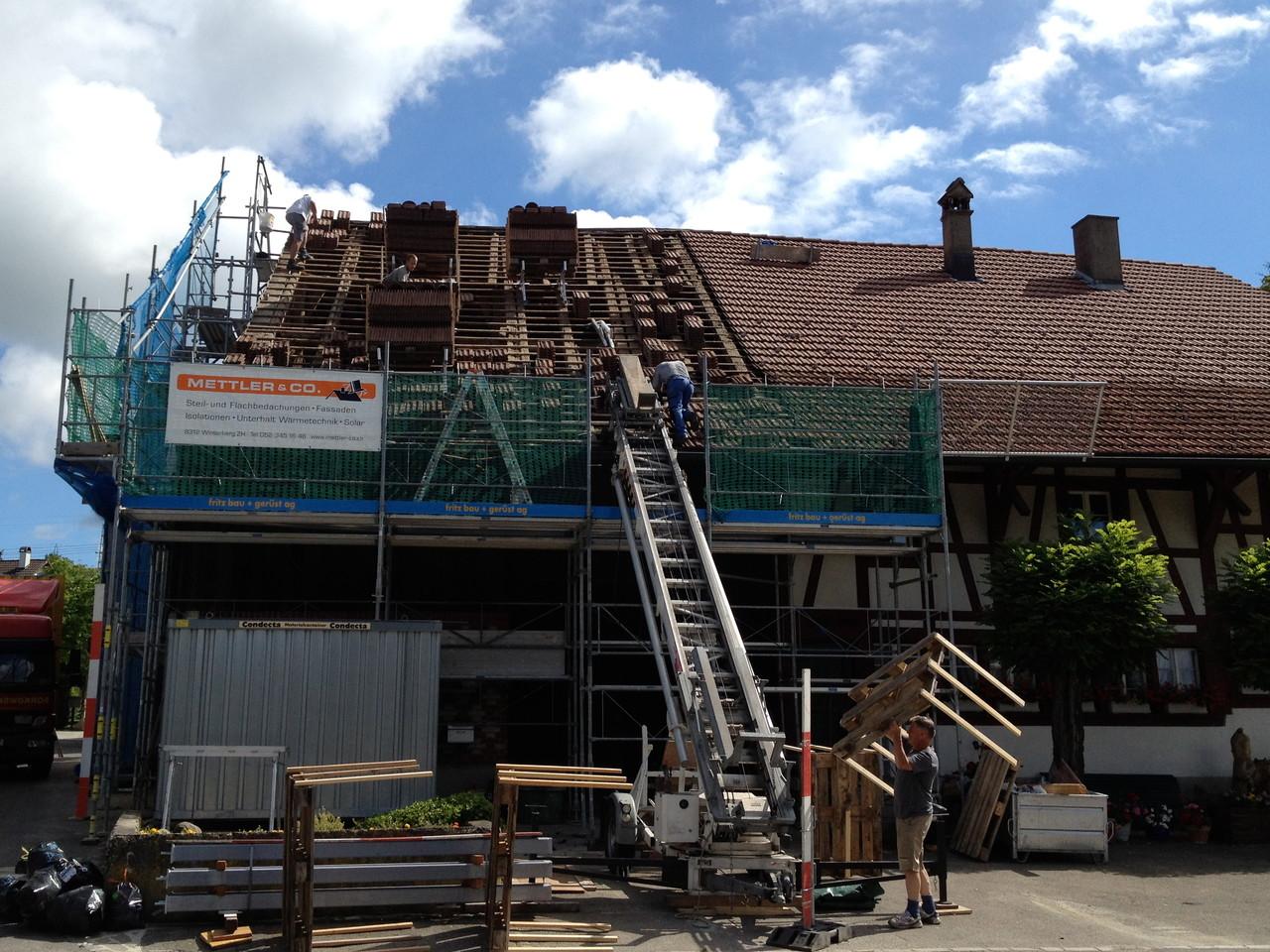 Dach, vorher: bestehende Ziegel werden später für Werkstattgebäude gebraucht