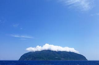 ドルフィンスイムツアーの目的地御蔵島の全景