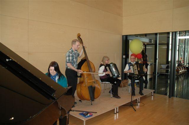 Neben Rita Elmiger (Klavier) und Ruth Kurmann spiele ich beim Akkordeon-Duo Kurmann-Holdener