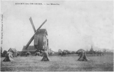 Derrière le moulin à vent, le moulin à vapeur.