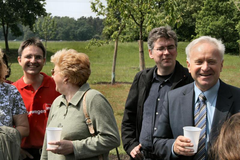 Auf der Streuobstwiese der SPD Rheinau: Mit MdB Lothar Mark...