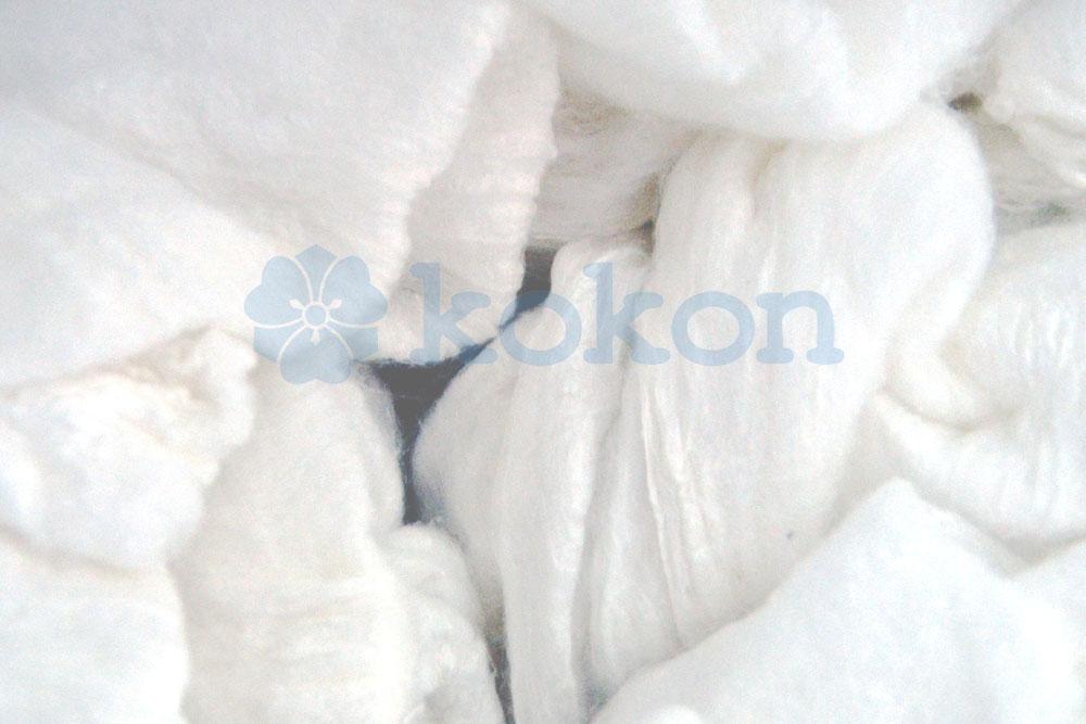 Seidenkappen werden von Hand aus wenigen Kokons hergestellt. Die daraus gewonnenen Seidenstücke sind klein.