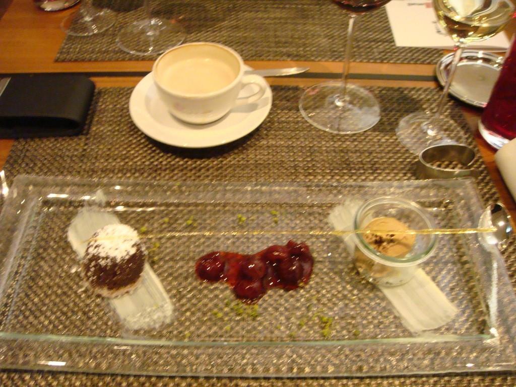 Dessert Variationen mit warmen Schokoküchlein mit flüssiger schokolade + Lakritzeis