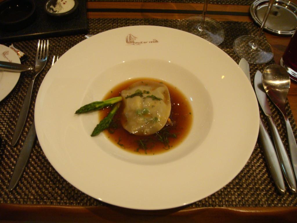 Ravioli von Spargel-Minz-Gemüse mit Ochsenschwanz-Bouillon