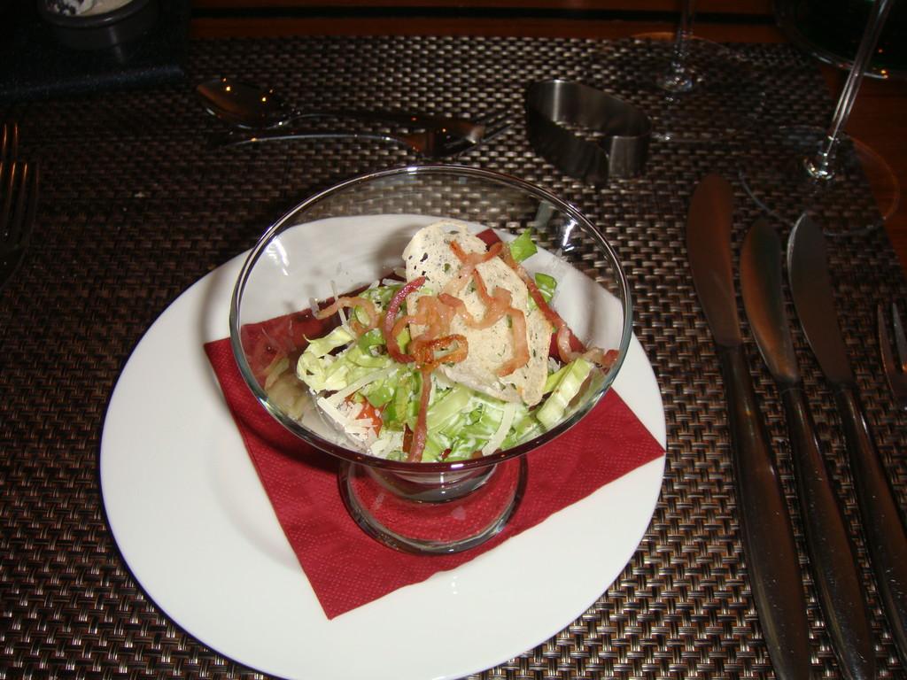 ein Salat auf Mozzarellacreme + Tomatenjus als Gruß aus der Küche