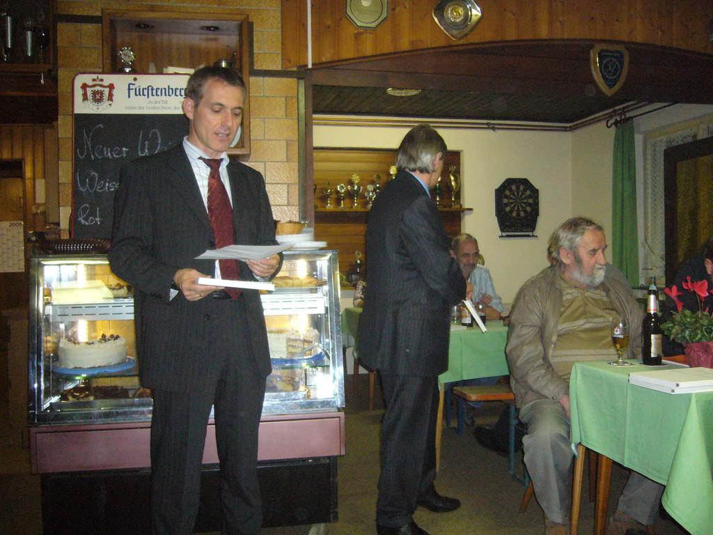 Bürgermeister Lutz beim verleihen des Gemeinde- Ehrenpreis
