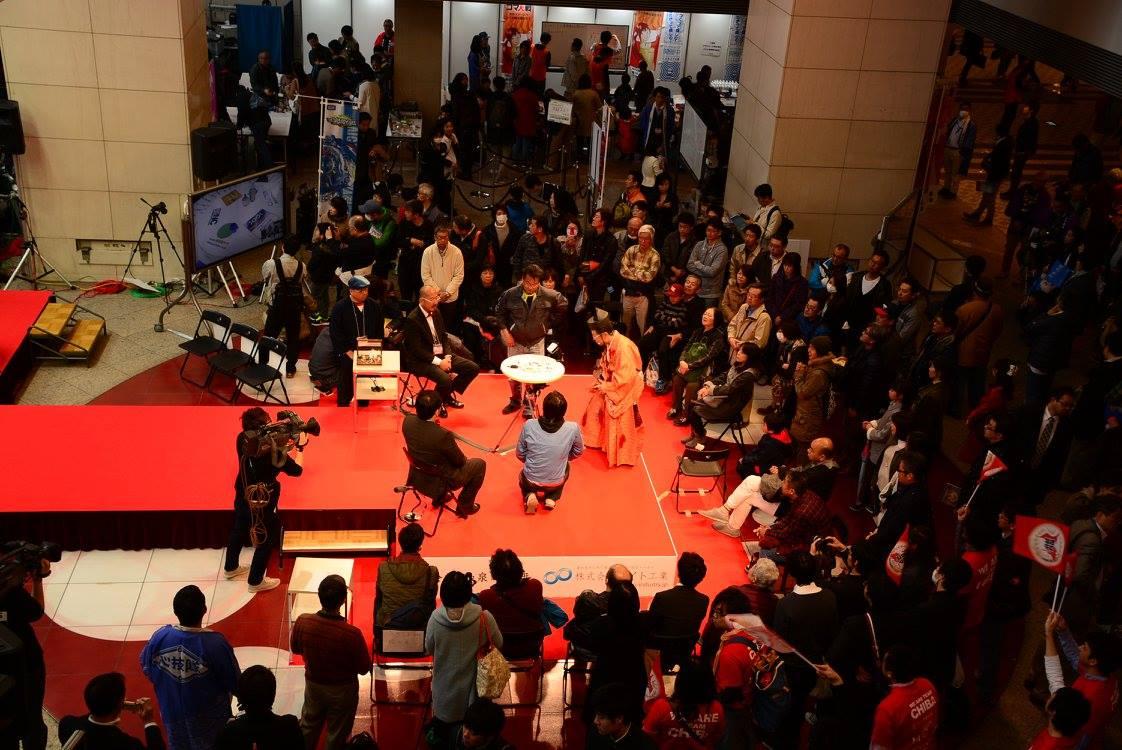 出場者、応援の他、ショッ ピングに来たお客様が足を止めて見て頂き満員です。