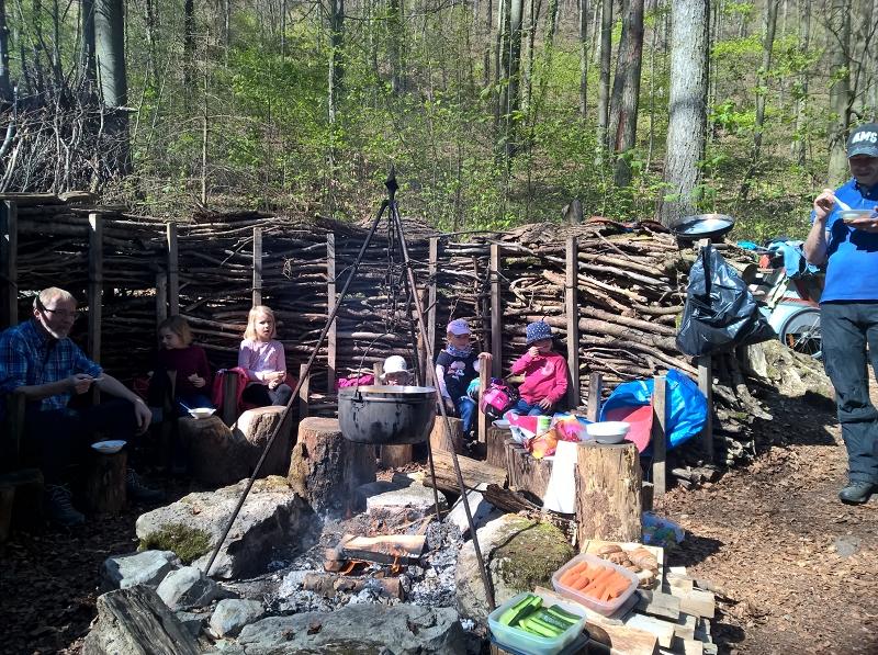 Zvieri essen beim Waldsofa