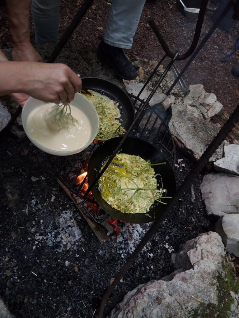 Zum Zvieri gibts über dem Feuer gebackene Holunderchüechli.