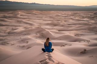 Trek Yoga et alimentation pleine conscience dans le Sahara Maroc