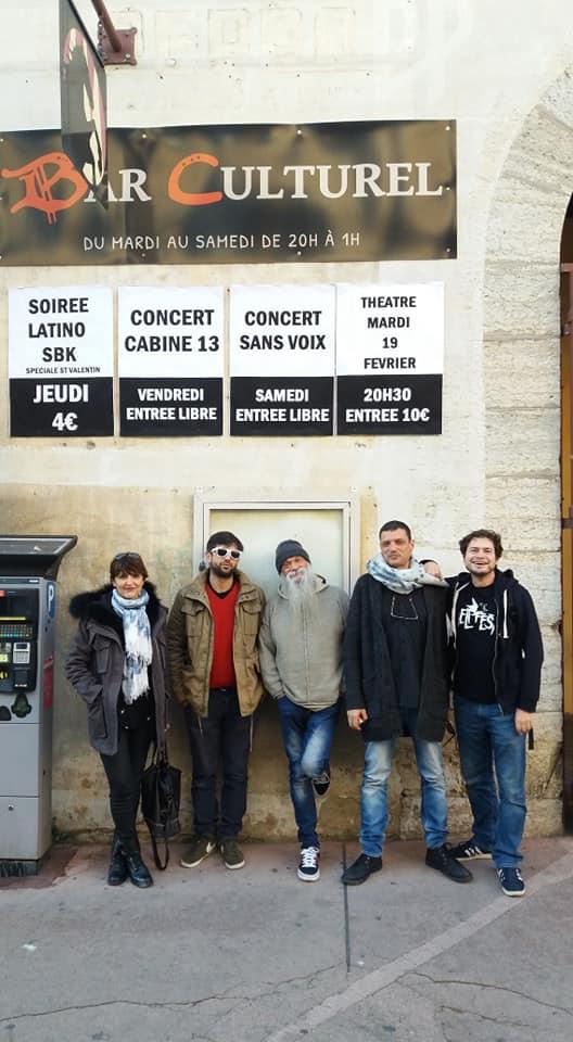 Le groupe Sans Voix à l'entrée du Bucéphale, à Draguignan, le jour du concert.