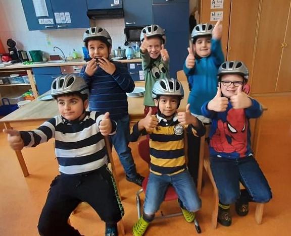 """Spendenaktion: """"Schlaue Köpfe tragen Helm"""""""