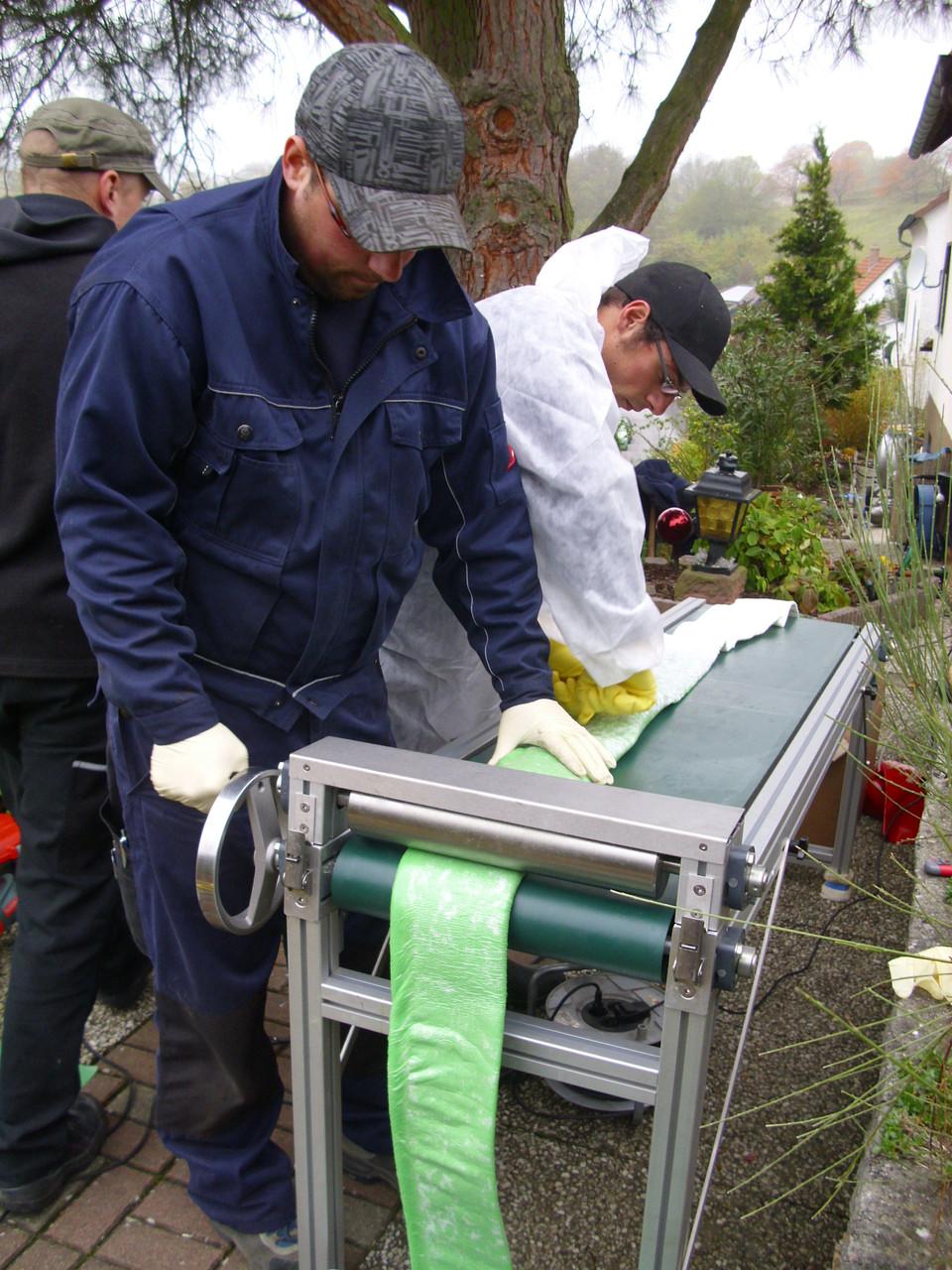 Verteilen und Einarbeiten des Harzes mit der Imprägnieranlage