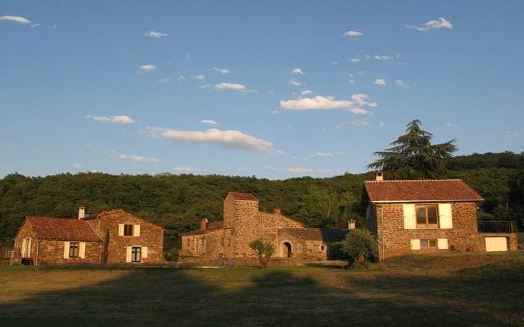 De gauche à droite : suites La Sorgues et Le ruisseau, bâtiment principal, suite La grange