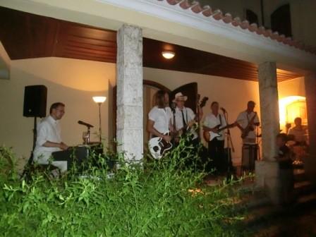 """""""De Prinze"""", ehemalige Karnevalsband der Deutschen Schule Lissabon, heizte den Besuchern bei 35 ° ein"""
