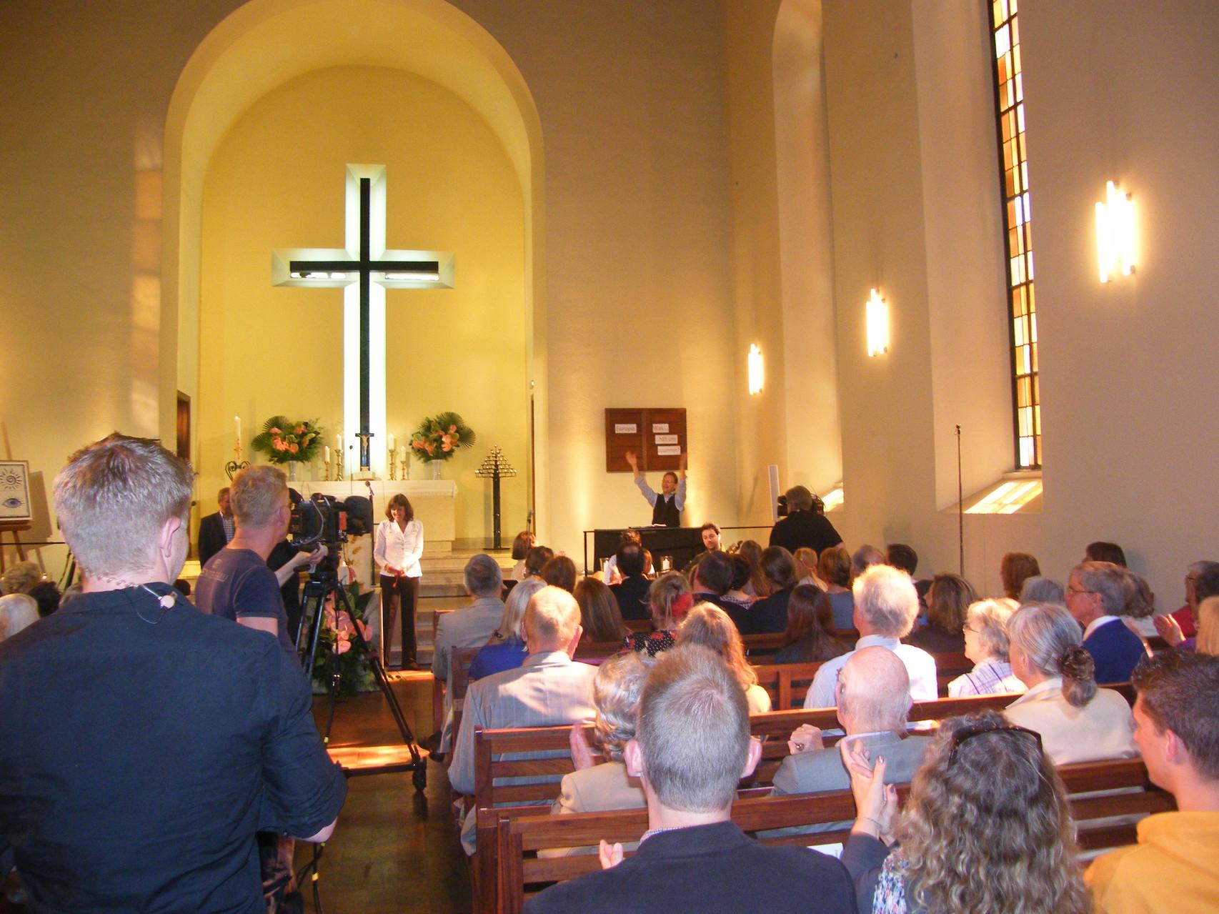 Eine volle Kirche freute sich ...
