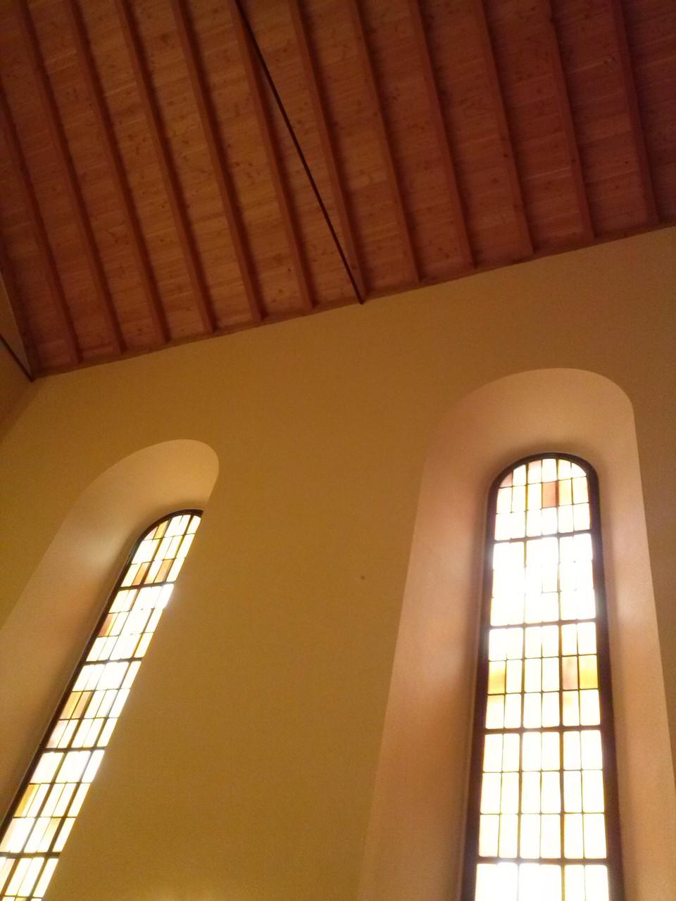 Der hellere Ton des Dachstuhls kombiniert wunderbar mit den Fenstern ...