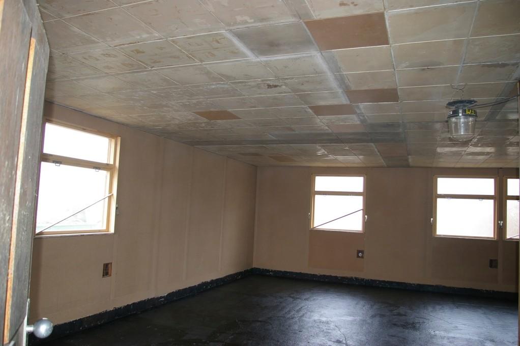 Einbau der Deckenpaneele, versiegelte Bodenplatte