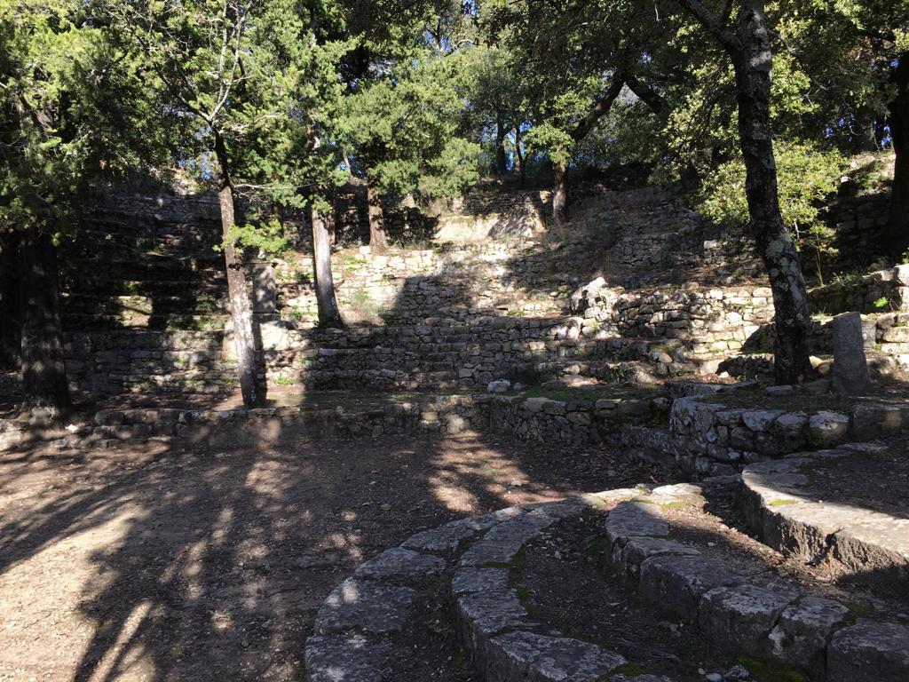 Petit amphithéâtre au pied de la chapelle Notre Dame