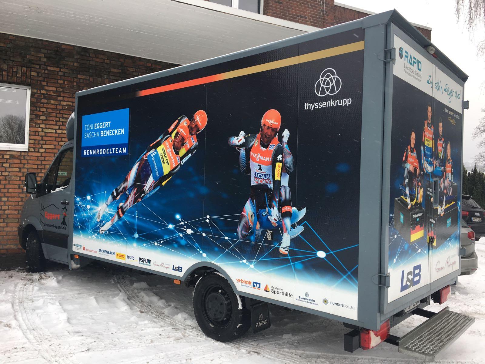 Der Rennrodel-Truck von Toni Eggert und Sascha Benecken hält bei PSFU in Wernigerode.