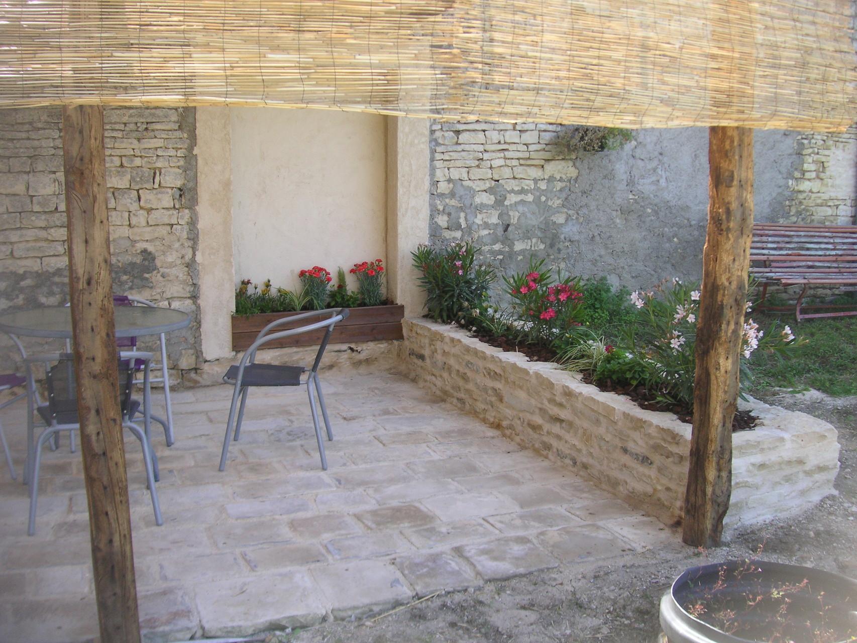 Rénovation : création d'une jardinière en pierre de pays proche de Mansle.