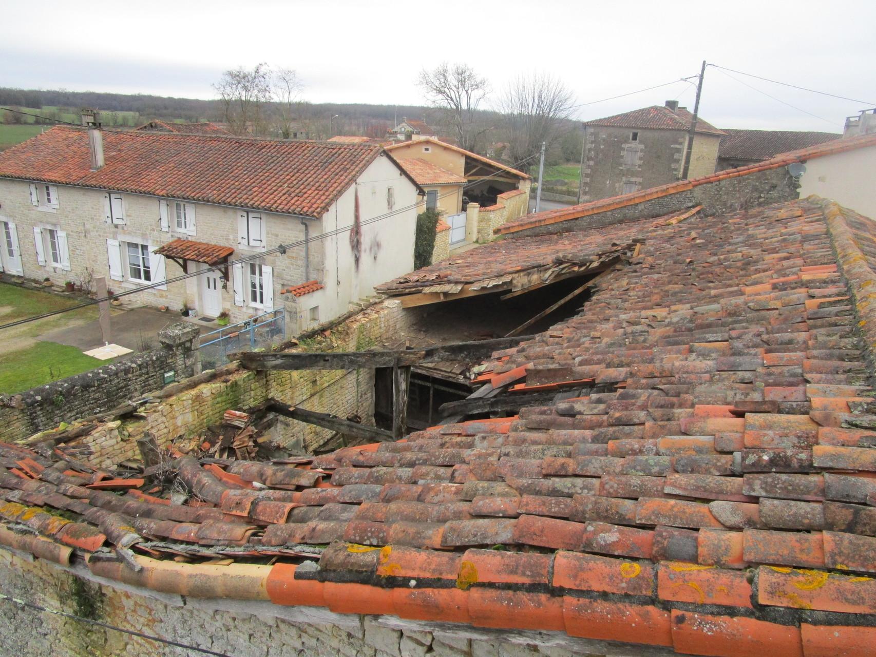 Couverture : effondrement d'une charpente près de Ruffec.