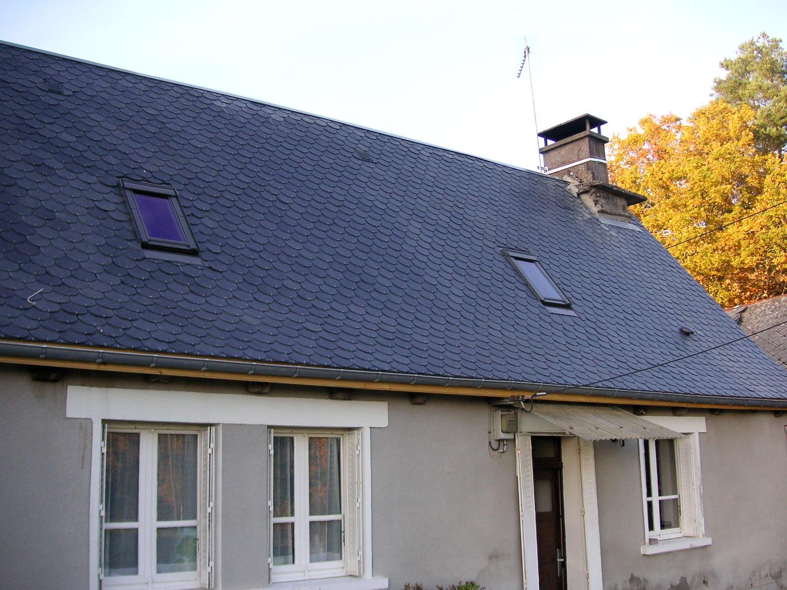 Couverture et rénovation : fenêtre de toit encastrée sur ardoise ronde.